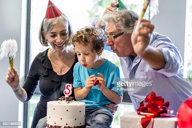 Grands-parents et profite de la fête avec neveu