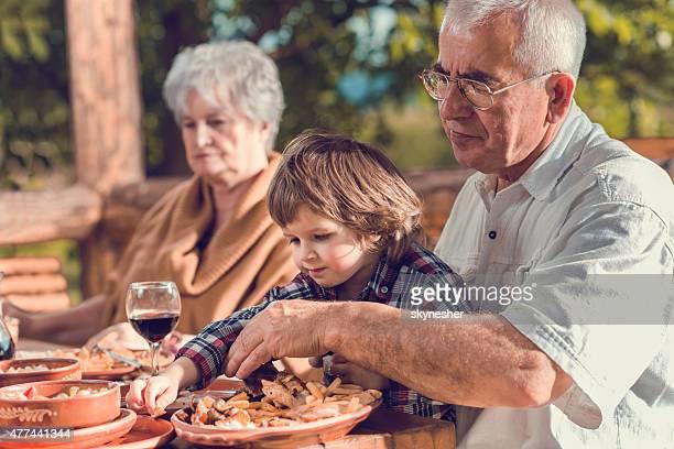 祖父母が、孫の昼食には、レストラン「。