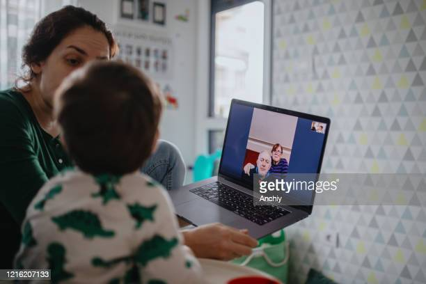großeltern in quarantäne zu hause mit videoanruf mit enkel und tochter - mother daughter webcam stock-fotos und bilder