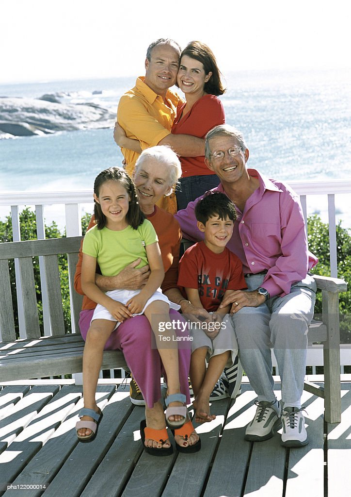 Grandparents, parents and children, sea in background : Stockfoto