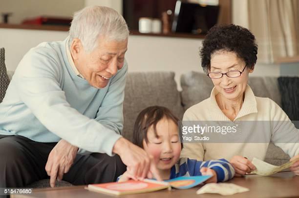 祖父母遊び、孫とリビングエリア - 祖父 ストックフォトと画像