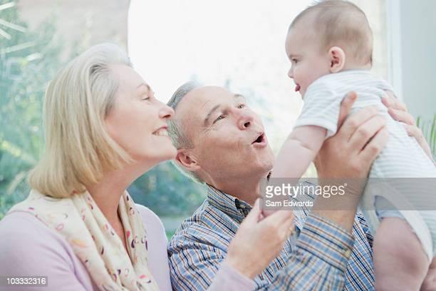 祖父母が、孫の赤ちゃん