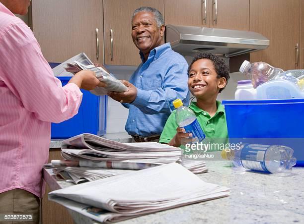 Abuelos y nieto en cocina de reciclaje