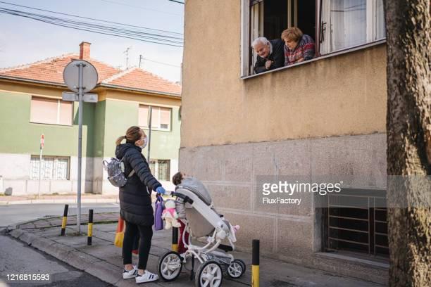 コロナウイルスパンデミック中に1週間のロックダウンの後、彼らの娘と娘を見る祖父母 - パンデミック ストックフォトと画像