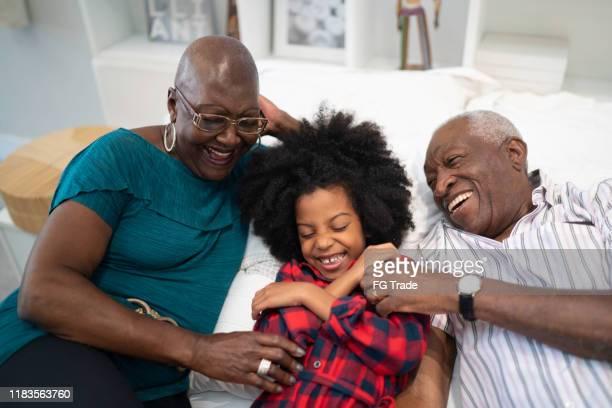 avós cócegas neta - fazendo cócegas - fotografias e filmes do acervo