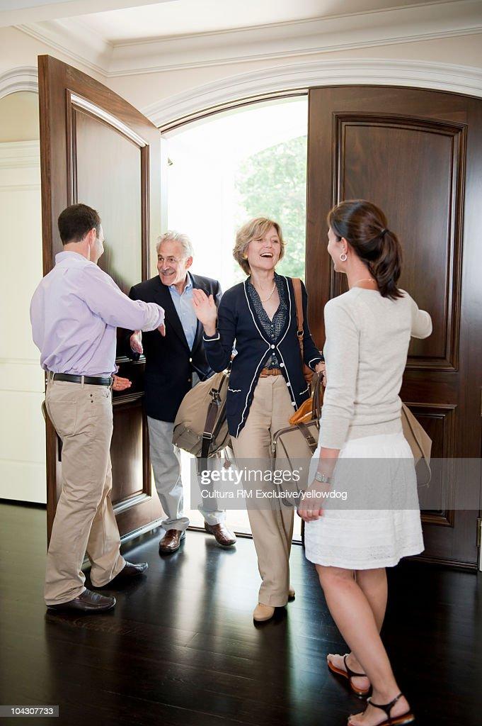 Grandparents visiting adult children : Foto de stock