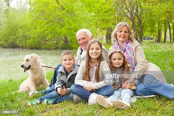 Großeltern mit Enkelkindern im park.