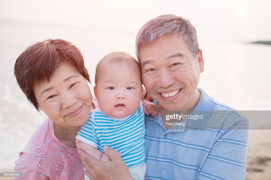 grands-parents avec leur petit-fils : Photo