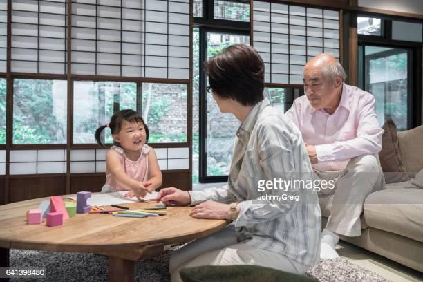 若い孫娘自宅で祖父母の話