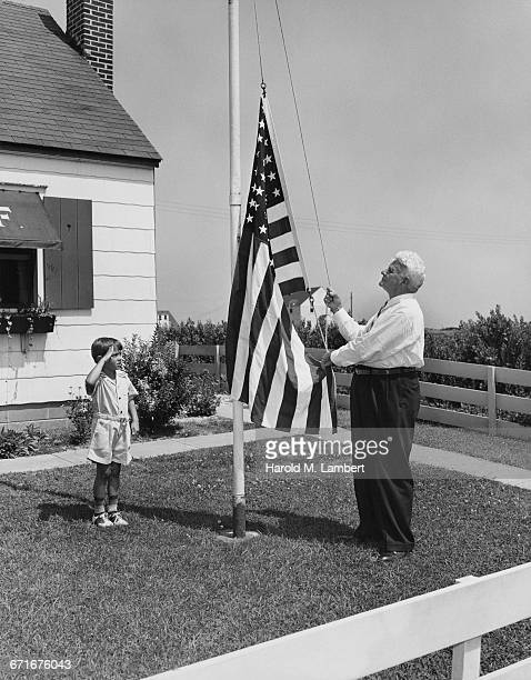 grandson and grandfather hoisting flag - {{ collectponotification.cta }} fotografías e imágenes de stock