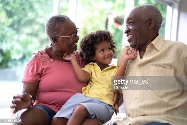 neto demonstrando afeto aos avós - neto - fotografias e filmes do acervo