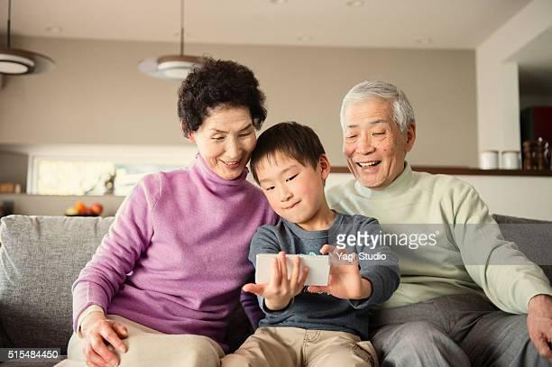 Petit-fils de famille de prendre une photo avec smartphone
