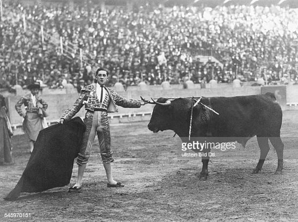 Granero, Manuel - Matador, Spain *04.04..1922+ - during a 'Corrida' in Madrid, where he lost his life, here with the Bull 'Pocapena' in the bullring...