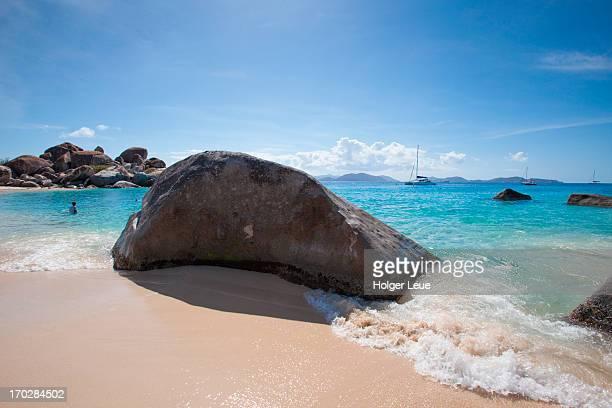 granite boulders at devil's beach near the baths - islas de virgin gorda fotografías e imágenes de stock