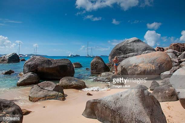 granite boulders at the baths - islas de virgin gorda fotografías e imágenes de stock