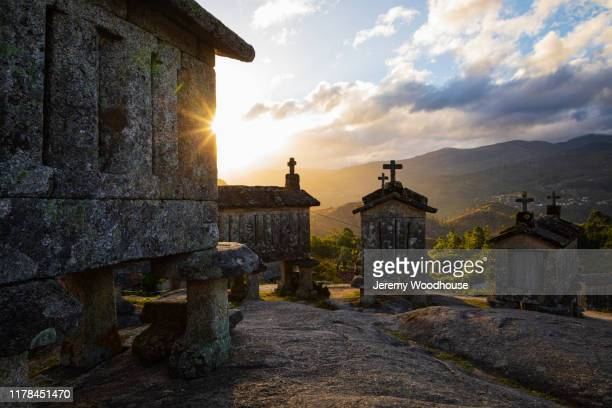 granite granaries at sunrise - jeremy woodhouse stock pictures, royalty-free photos & images