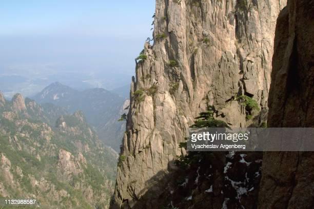 granite peaks of huangshan, china - argenberg imagens e fotografias de stock