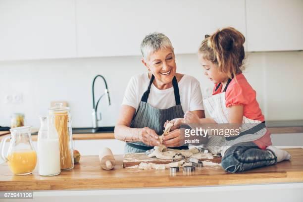 Oma, lass mich dir helfen mit den Cookies!