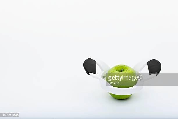 granny smith apple in apple slicer - dunschiller stockfoto's en -beelden