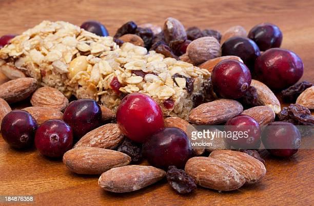 Granola barra de frutas y nueces en madera