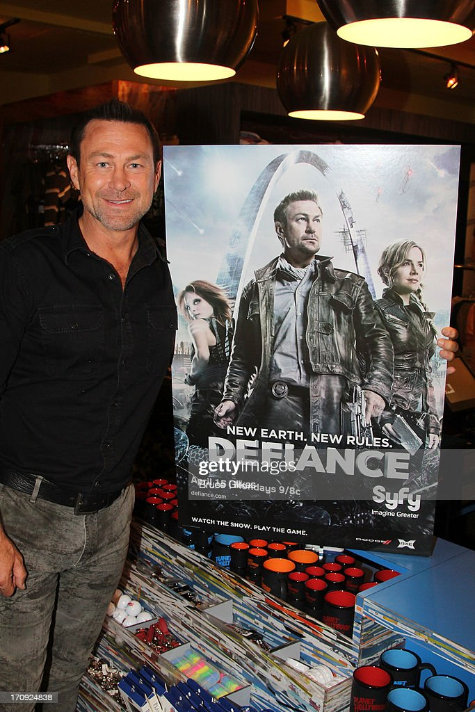 Grant Bowler Visits Planet Hollywood Times Square : Nachrichtenfoto
