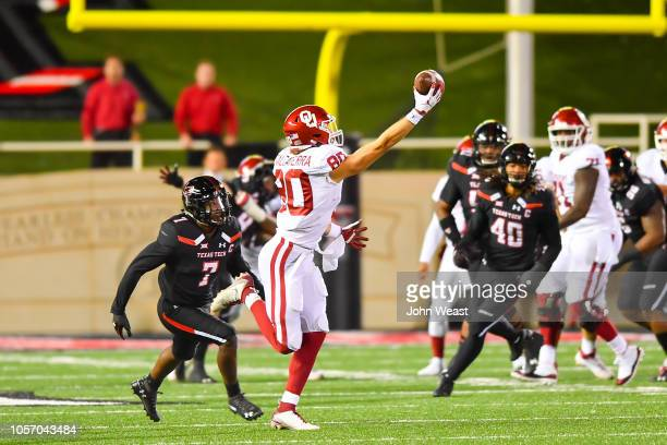 Grant Calcaterra of the Oklahoma Sooners makes a one handed catch during the first half of the game against the Texas Tech Red Raiders on November 3...