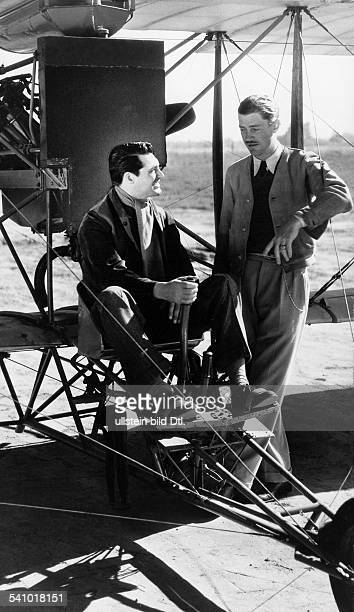 Grant Cary Actor Great Britain / USA * with Howard Hughes at the shooting for 'Wings in the Dark' 1934 Vintage property of ullstein bild