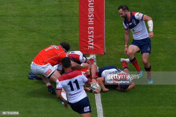 Grant Hattingh of the Sunwolves scores his side's frist try during the Super Rugby match between Sunwolves and Reds at Prince Chichibu Memorial...