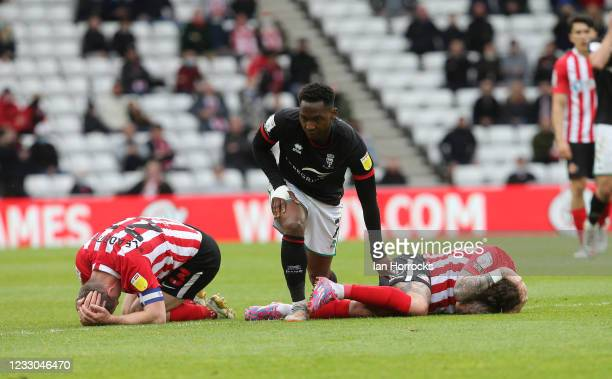 Grant Leadbitter and Chris Maguire of Sunderland both get injured in a tackle with Tayo Edun of Lincoln during the Sky Bet League One Play-off Semi...