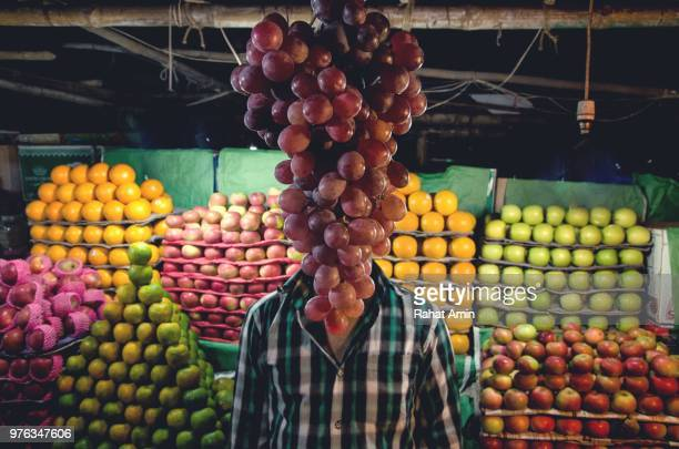 grape head - optische täuschung stock-fotos und bilder
