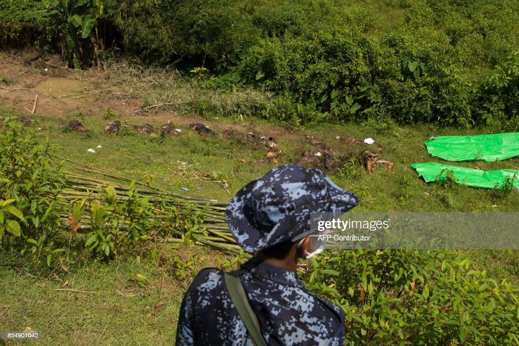 TOPSHOT-MYANMAR-BANGLADESH-POLITICS-UNREST-REFUGEES : News Photo