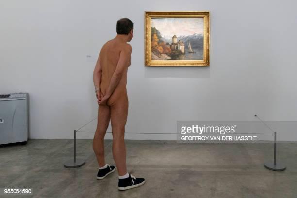 Graphic content / People take part in a nudist visit of the 'Discorde Fille de la Nuit' season exhibition at the Palais de Tokyo museum in Paris on...