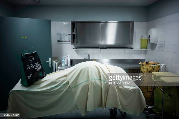 Graphic content / This picture taken on May 11, 2017 shows a corpse at the morgue of the Hospital Bichat Claude Bernard in Paris. / AFP PHOTO /...