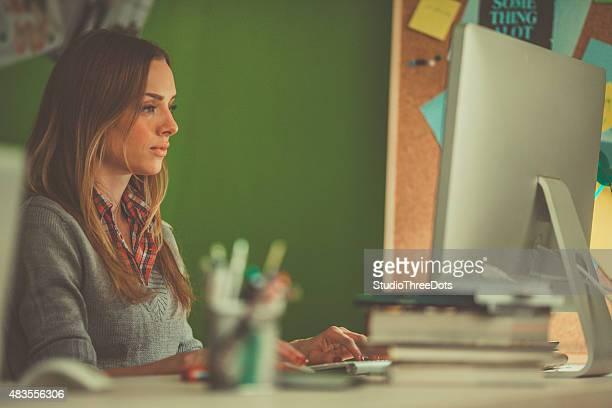 Diseñador gráfico usando el ordenador en su trabajo