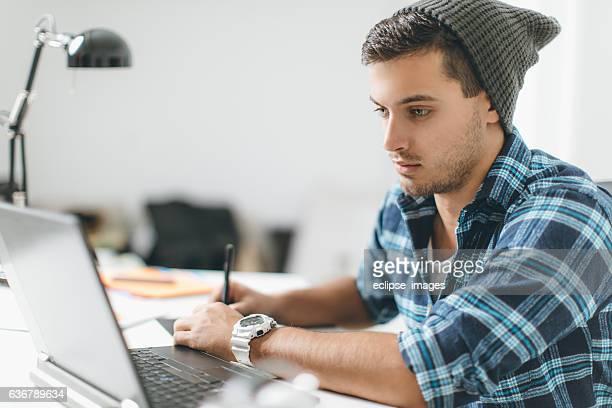Diseñador gráfico con herramientas de trabajo moderno