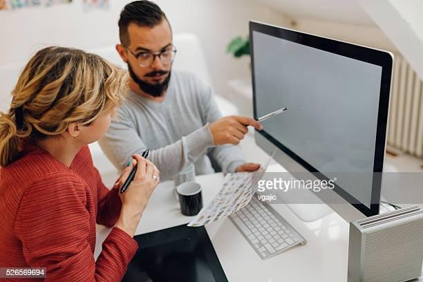 Los diseñadores gráficos cooperación en el lugar de trabajo.