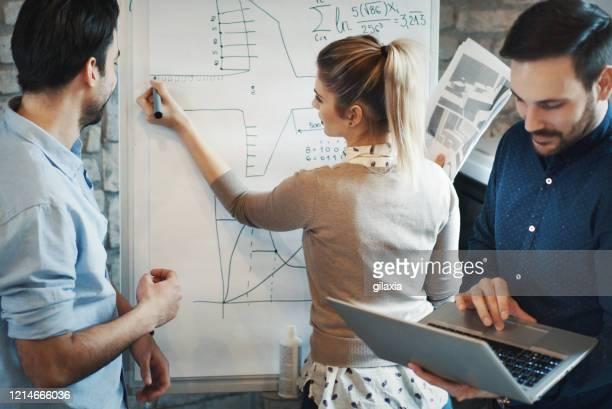 grafikdesigner, die an einem flugzeugprojekt arbeiten. - physics stock-fotos und bilder
