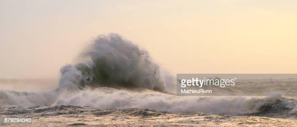 graphical wave in lesconil - leuchtturm sturm stock-fotos und bilder