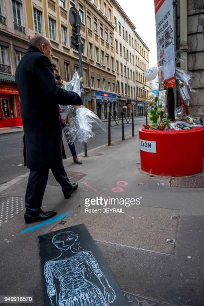 Gérard Collomb dépose un bouquet de roses à l'endroit de l'accident en hommage à AnneLaure victime d'un chauffard le 3 décembre 2016 à Lyon France