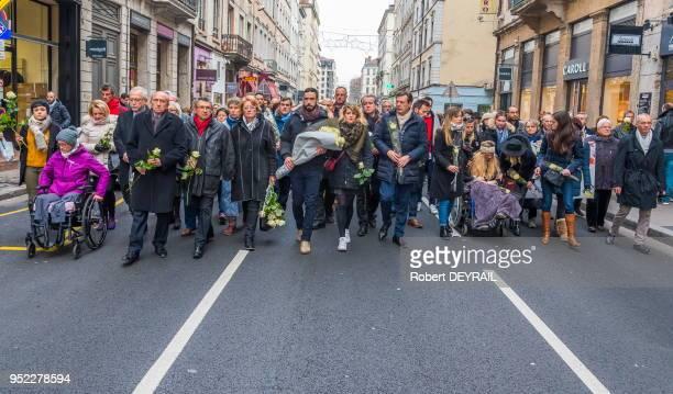 Gérard Collomb et la famille d'AnneLaure Moreno victime d'un chauffard lors de la marche blanche pour lui rendre hommage le 3 décembre 2016 à Lyon...