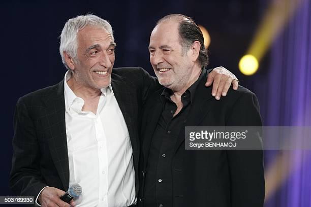 Gérard Darmon et Michel Delpech lors de la fête de la chanson française au Zénith à Paris France en novembre 2006