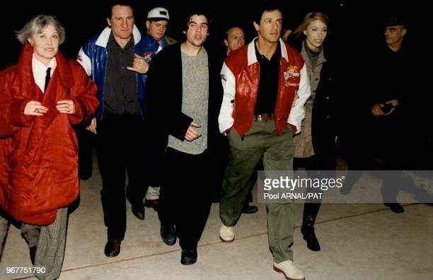 Gérard Depardieu et Sylvester Stallone avec sa femme Jennifer Flavin et son fils Sage lors de l'inauguration du restaurant Planet Hollywood au parc...