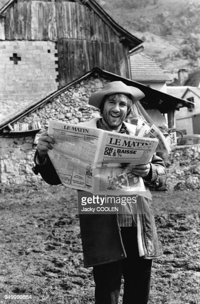 Gérard Depardieu lisant le journal sur le tournage du film 'Le retour de Martin Guerre' de Daniel Vigne en novembre 1981 en Ariège, France.