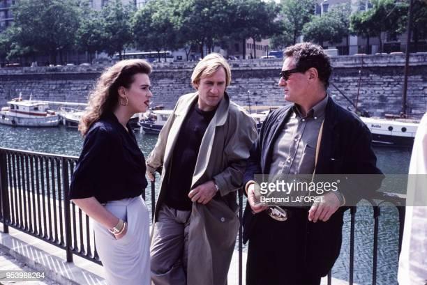 Gérard Depardieu Maruschka Detmers et Claude Zidi lors du tournage du film 'Deux' en juin 1988 à Paris France