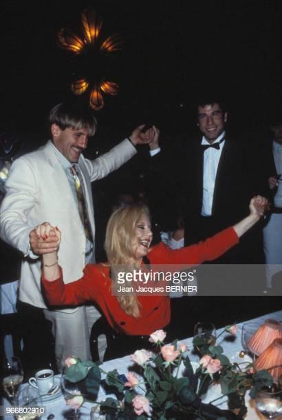 Gérard Depardieu, Sylvie Vartan et John Travolta lors d'une soirée chez Maxim's le 26 septembre 1983 à Paris, France.