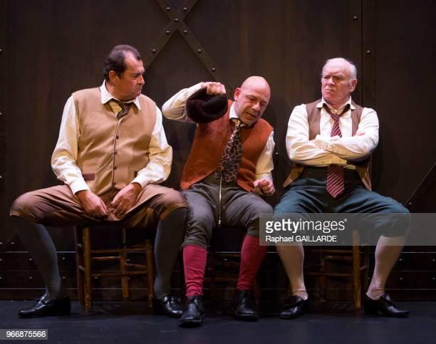 Gérard Giroudon Bruno Raffaelli et Christian Hecq de la ComédieFrançaise interprètent au 'Théâtre du VieuxColombier' la pièce 'Les Rustres' de Carlo...