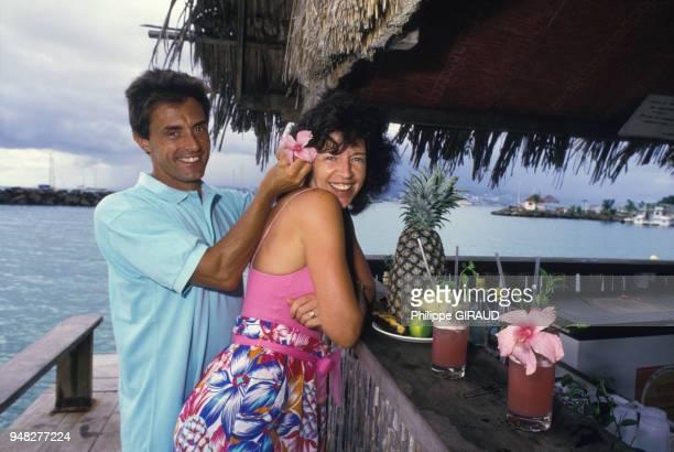 Gérard Holtz journaliste sportif français et sa femme Framboise en novembre 1987 en Guadeloupe France