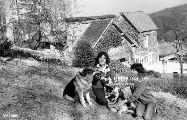 Gérard Lenorman avec sa femme caroline et leur chien dans leur maison en Normandie le 1er mars 1979, France.
