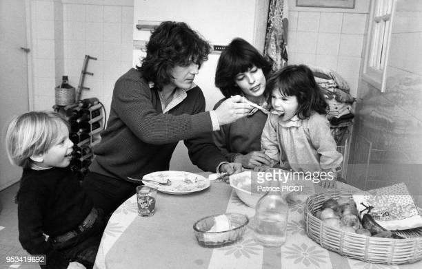 Gérard Lenorman en famille avec sa femme caroline et leurs deux enfants dans sa maison en Normandie le 1er mars 1979, France.
