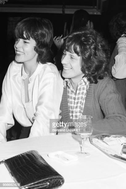 Gérard Lenorman et sa femme caroline au restaurant Elysée-Matignon le 7 décembre 1976 à Paris, France.
